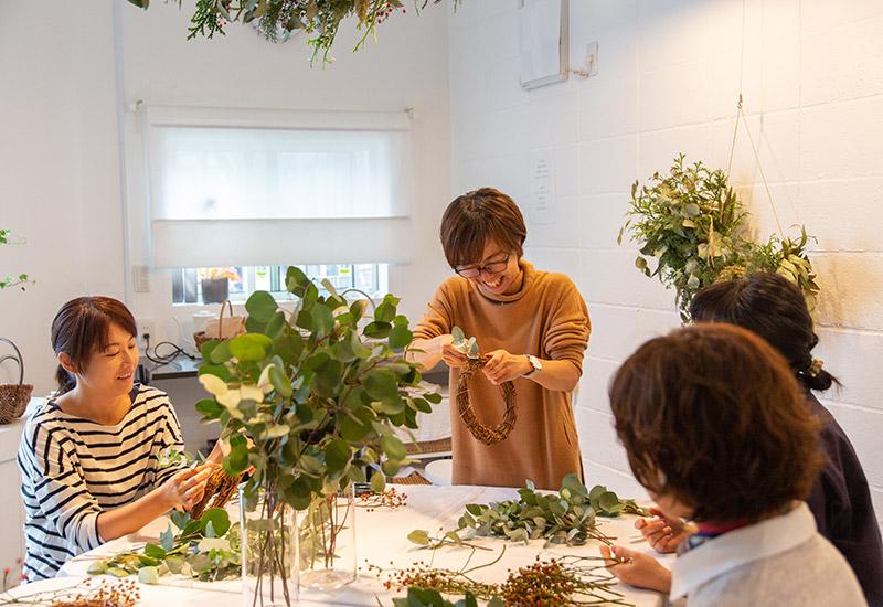 パリスタイルフラワー教室開業 ビジネスの仕組み作りとweb集客で売れるスクールへ 東京 世田谷 KOLME(コルメ)ディプロマコースレッスン 卒業生ワークショップ ユーカリとバラの実のリース