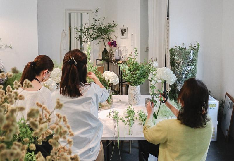 パリスタイルフラワー教室開業 ビジネスの仕組み作りとweb集客で売れるスクールへ 東京 世田谷 羽根木 KOLME(コルメ)レッスン風景 紫陽花 アジサイ シャンペトル ブーケ
