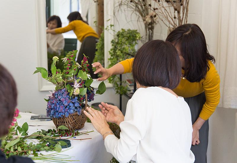 フラワー教室開業 ビジネスの仕組み作りとweb集客で売れるスクールへ 東京 世田谷 KOLME(コルメ)パリスタイルフラワーアレンジメント レッスン風景